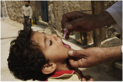 Administration of the oral polio vaccine with Syrian children on the street – not a clinic. (Photo: UNICEF)